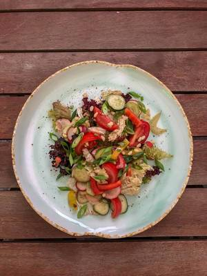 Draufsicht von Sommersalat beim Avocado Cafe