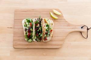 Draufsicht von würzig-feurigen Halloumi-Tacos