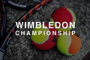 """Drei bunte Tennisbälle neben einem Tennisschläger und hinter der Aufschrift """"Wimbledon Championship"""""""