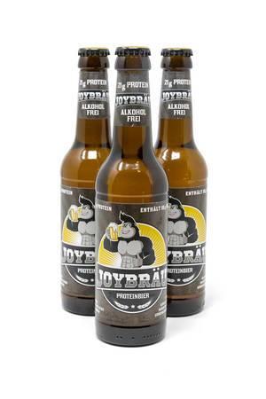 Drei Flaschen Joy Bräu in Formation - Alkoholfreies Proteinbier mit BCAA und hohem Eiweißanteil