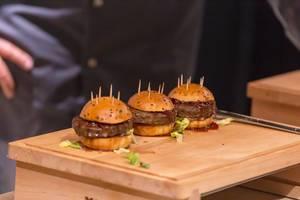 Drei kleine Hamburger mit Zahnstochern. Finger-Food