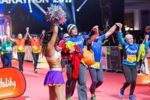 Drei Läufer halten sich an den Händen - Frankfurt Marathon 2017