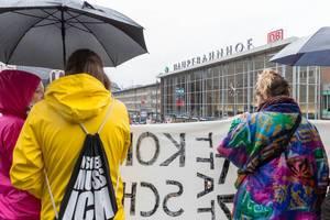 Drei Mädchen halten einen Schild auf Kölner Umweltprotest