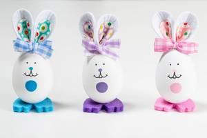 Drei Osterhasen aus Eier gebastelt vor weißem Hintergrund
