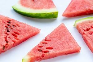 Dreieckige Stücke Wassermelone mit Kerne, auf einem weißen Tisch