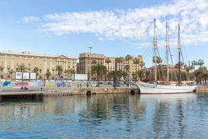 Dreimaster legt Anker an der Promenade Rambla de Mar des katalanischen Hafens Port Vell in Barcelona, Spanien