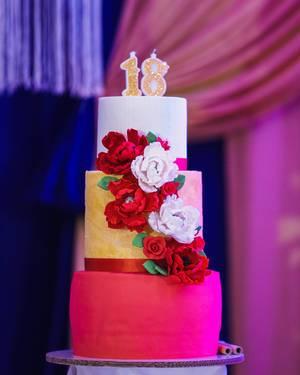 Dreistöckige Geburtstagstorte des Debütanten, mit Blumen verziert