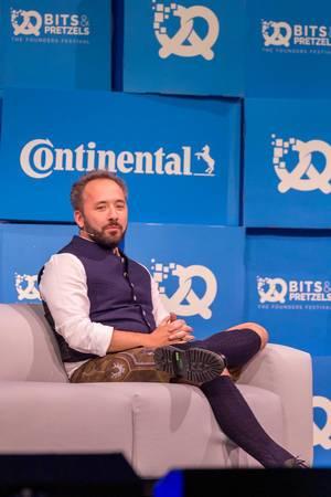 Drew Houston von Dropbox erzählt seine Unternehmergeschichte auf der Bühne von Gründermesse Bits & Pretzels in München