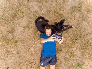 Drohnen-Selfie mit DJI Mavic Air und Labrador-Hund