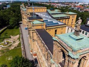 Drohnenaufnahme des Gebäudes des Bayrischen Landtags und der Stadt München im Hintergrund