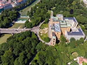 Drohnenaufnahme des Maximilianeums und der Maximiliansbrücke über der Isar, München