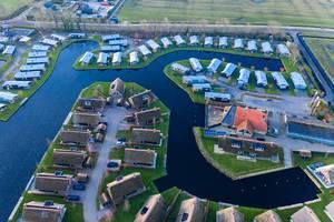 Drohnenaufnahme des Waterpark Terkaple mit Ferienhäusern am Wasser