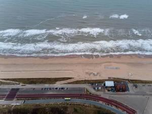 Drohnenaufnahme Strand in Bloemendaal aan Zee in den Niederlanden mit Parkplätzen und Küstenstraße