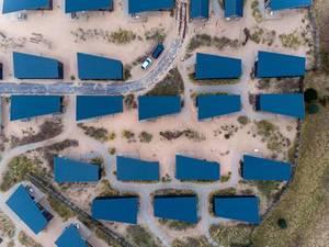 Drohnenaufnahme von blauen, asymmetrischen Dächern des Ferienparks in Bloemendaal, Niederlande