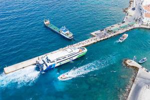 Drohnenbild einer Fähre im Argolischen Golf, die Urlauber nach Prokymaia auf Spetses, Griechenland, bringt