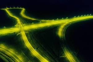 Drohnenbild zeigt gelbe, beleuchtete Straßen ohne Autos