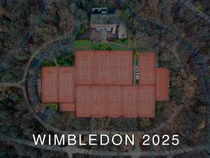 Drohnenbild zeigt Tennisplätze aus der Luft, umgeben von Wald und der Aufschrift Wimbledon 2025