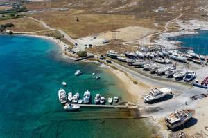 Drohnenbild zeigt Yachthafen und Motorboote auf der nordwestlichste Halbinsel von Paros, in der Ägäis