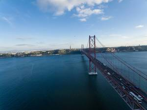 Drohnenfoto der Brücke Ponte 25 de Abril in Lissabon, Portugal