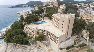 Drohnenfoto des Mar y Pins Hotels in Peguera, Mallorca