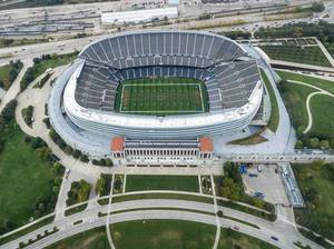 Drohnenfoto des Stadions Soldier Field in Chicago