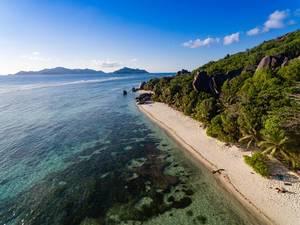 Drohnenfoto eines abgelegenen Strandes in Baie Sainte Anne, Seychellen