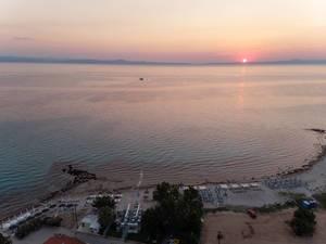 Drohnenfoto vom Strand in Afitos bei Sonnenuntergang