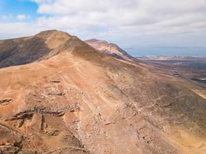 Drone view of a volcano mountain range / Brummenansicht eines Vulkangebirgszugs