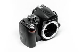 DSLR-Kamera getrennt im weißen Hintergrund