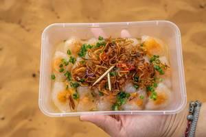 Dumplings mit weißen Shrimps und Schweinefleisch, bedeckt mit Röstzwiebeln in Mui Ne, Vietnam