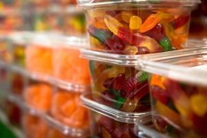 Durchsichtige Schachtel mit mehrfarbigen Fruchtschlangen