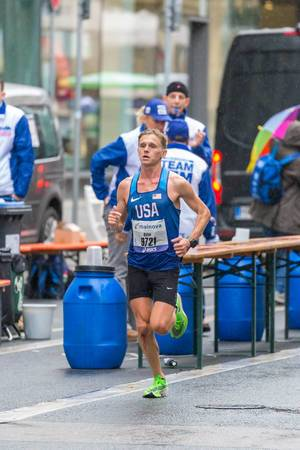Dylan Belles from the US at Frankfurt Marathon with a bloody knee