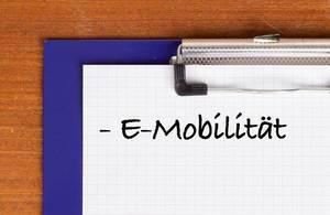 E-Mobilität als Text auf einem Klemmbrett geschrieben