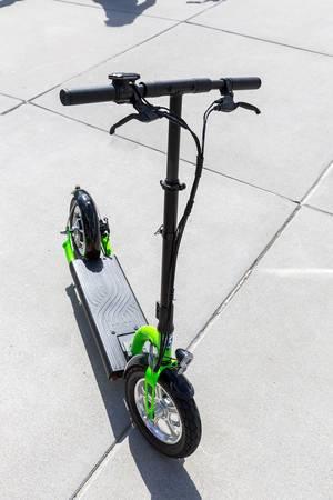 E-Scooter mit rein elektrischem Antrieb als alternatives Fortbewegungsmittel in der Stadt