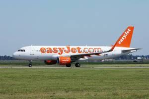 Easyjet Flugzeug rollt auf der Start- und Landebahn auf dem Flughafen Amsterdam Schiphol