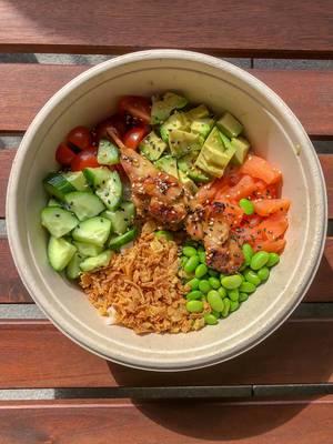 Eat Simple Tagesmenü Surf & Turf Bowl mit Chicken Teriyaki, Sushi Reis, gewürfelter Lachs, Ackerbohnen und Röstzwiebeln in einer Schale
