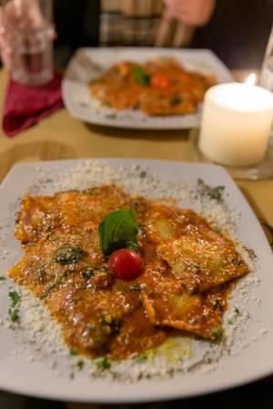 Echte Italienische Ravioli mit Tomatensoße und Basilikum bei Mimi und Cocos Weinbar in Rom