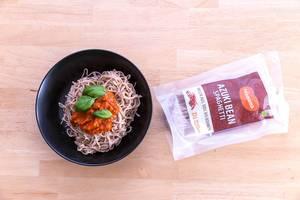 Edamama Bio-Spaghetti aus Azuki Bohnen mit Tomatensauce un Basilikumblättern, mit Verpackung