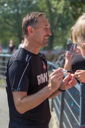 Ehemaliger Fußballspieler und Cheftrainer des 1. FC Köln Achim Beierlorzer gibt Autogramme nach dem Fußballtraining