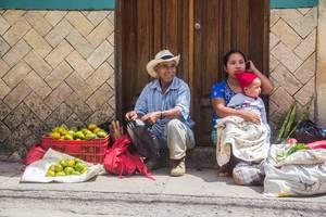 Ein alter Mann und eine Frau verkaufen Mandarinen auf der Straße