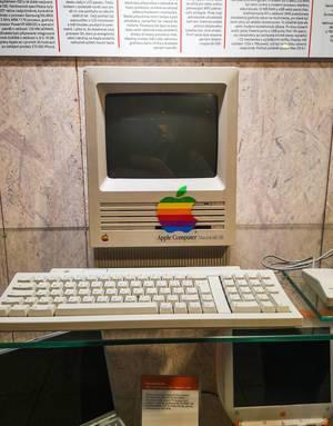 Ein Apple Macintosh SE Computer und populäres Rechnermodell aus den 80er Jahren