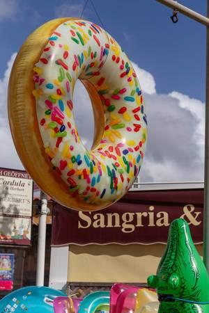 Ein aufblasbarer Gummi Donut an einem Stand mit Gummitieren in Peguera