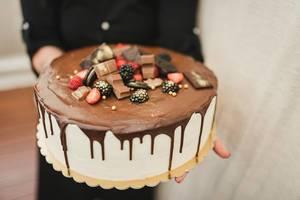 Ein aufwändiger weißer Schokoladenkuchen mit dekorativer Verzierung zum Geburtstag