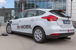 Ein batteriebetriebenes Auto von Ford mit mobilem Strom der umweltschonenden TankE Ladestation von RheinEnergie