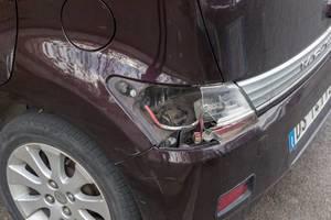 Ein beschädigtes Rücklicht eines Autos