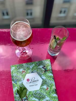 Ein Bier und ein Limettenwasser mit Minze beim Lamee Rooftop Bar in Wien