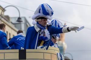 Ein Blauer Funken wirft Zuschauern Päckchen zu - Kölner Karneval 2018