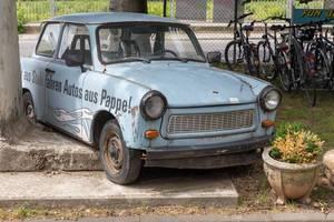Ein blauer Retro-Trabant: Ferrari des Sozialismus in BaseCamp Hostel in Bonn