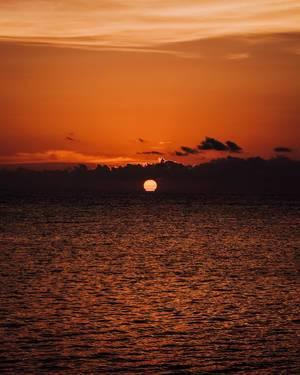 Ein Blick auf den Sonnenuntergang am Horizont in Sipalay, Philippinen
