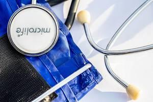 Ein Blutdruckmesser und ein Stethoskop in der Nahaufnahme auf weißem Hintergrund